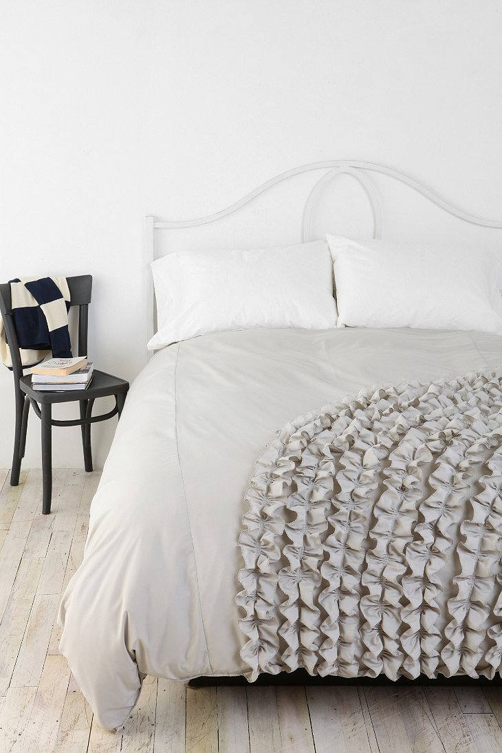Corner ruffle duvet cover urban outfitters for Frilly bedspreads