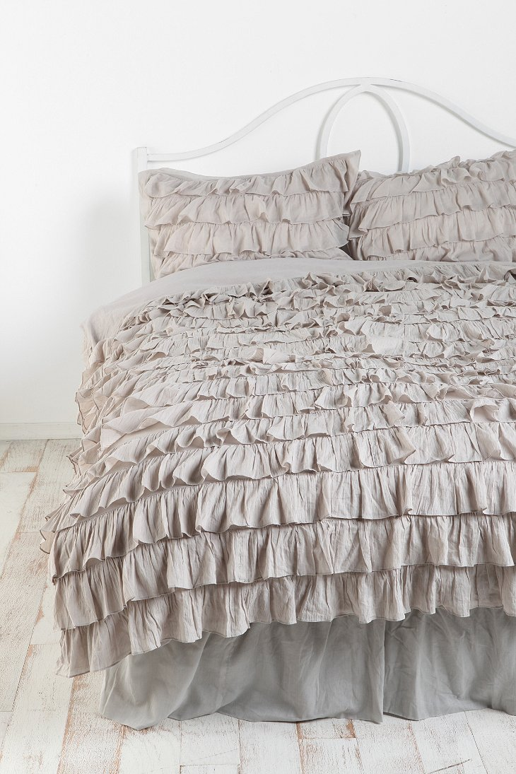 Ruffle bedskirt urban outfitters for Frilly bedspreads