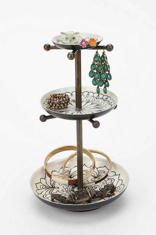 medallion jewelry stand outfitters