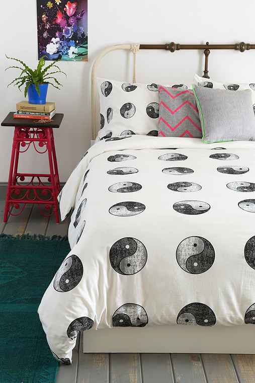 yin yang duvet cover urban outfitters. Black Bedroom Furniture Sets. Home Design Ideas