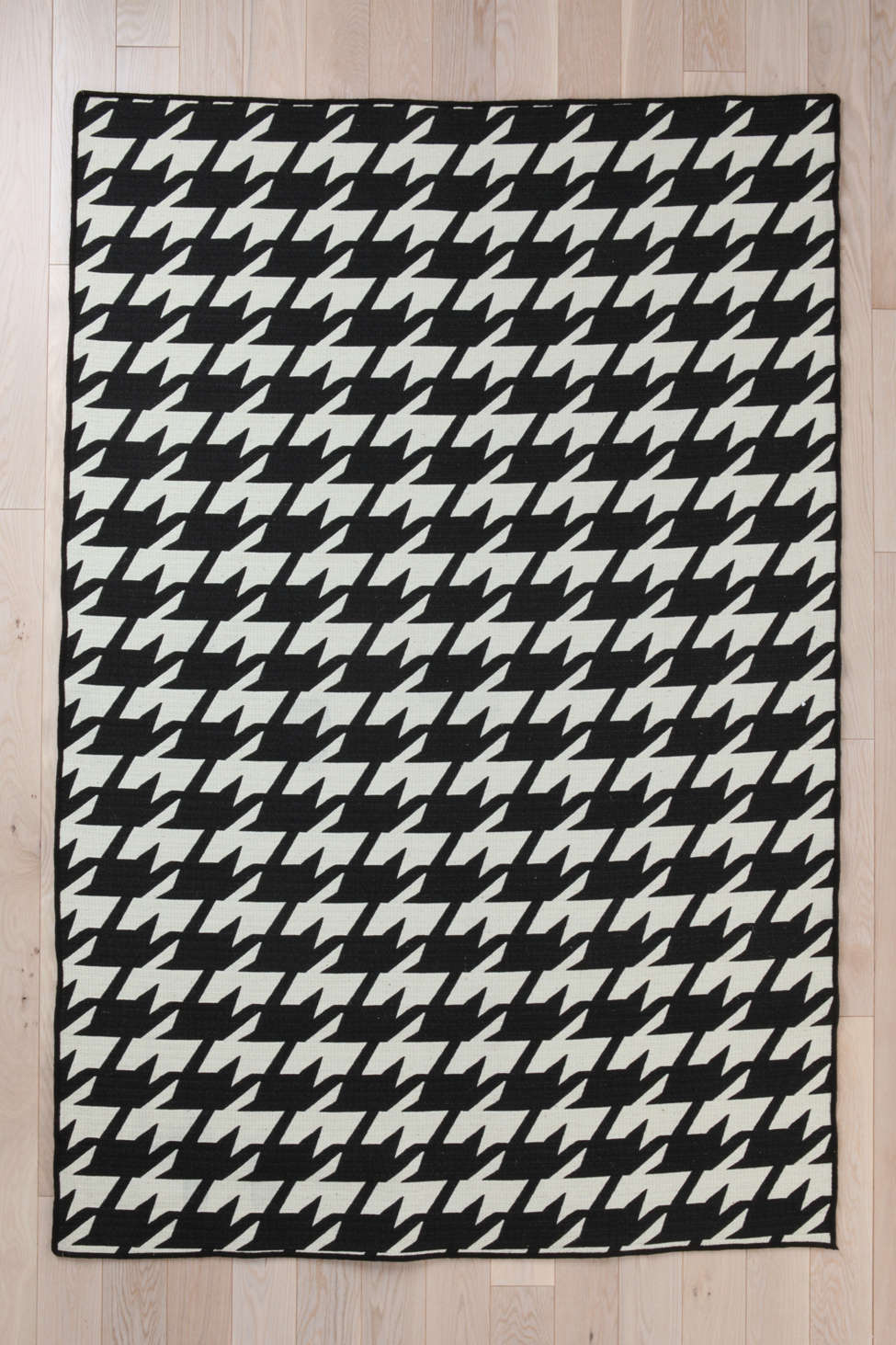 wool flat weave houndstooth rug | urban outfitters