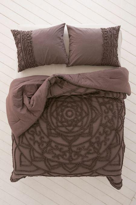 Chloe Tufted Medallion Comforter