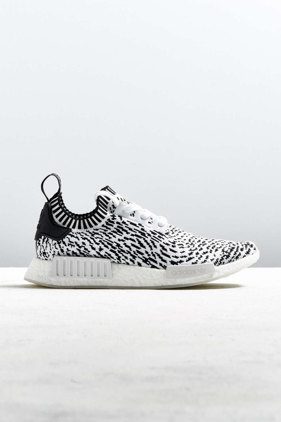 Adidas NMD R1 spotted primeknit zapatilla Urban Outfitters Canada