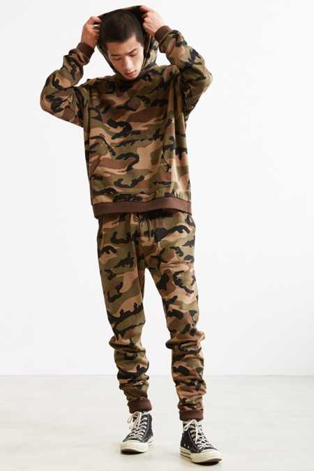 Slide View: 6: UO Camo Skinny Stacked Knit Jogger Pant
