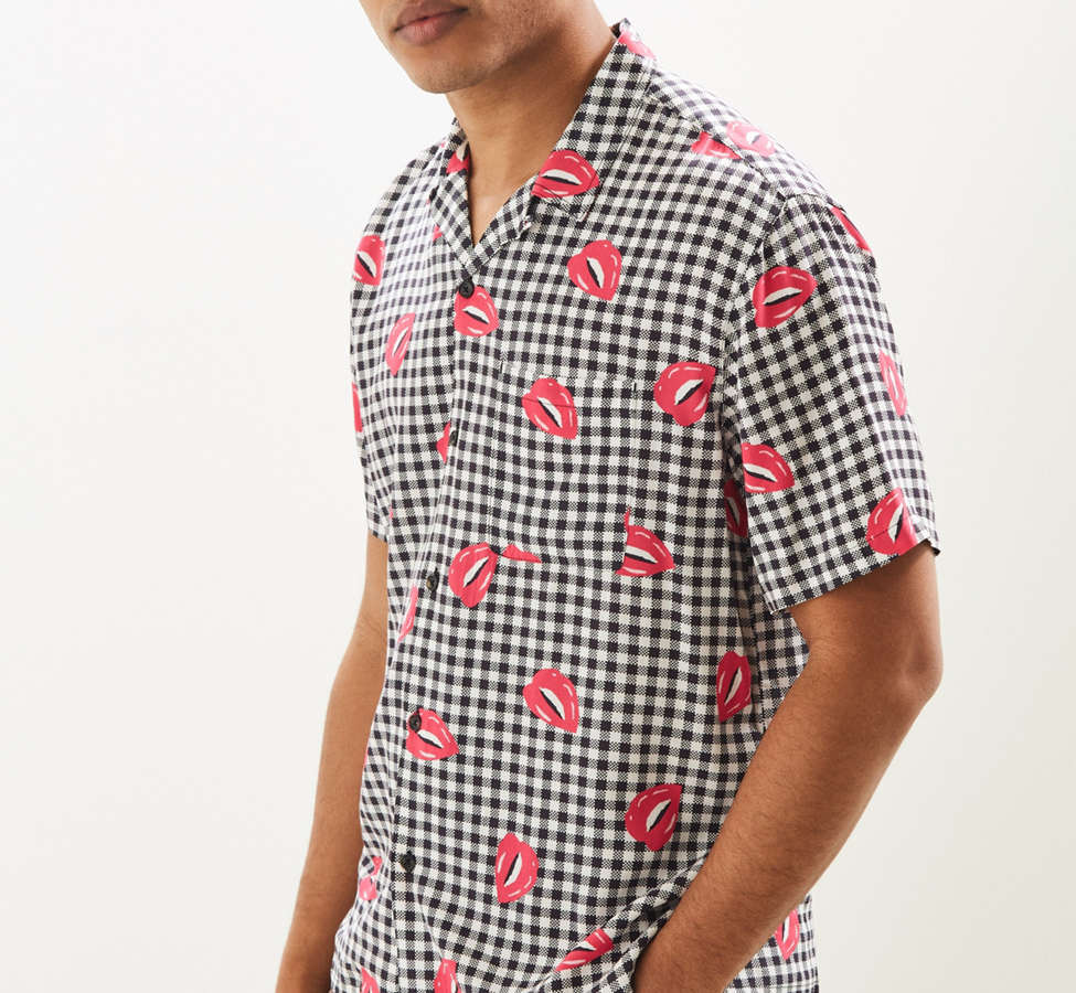 Slide View: 3: UO Liam Pop Gingham Rayon Short Sleeve Button-Down Shirt