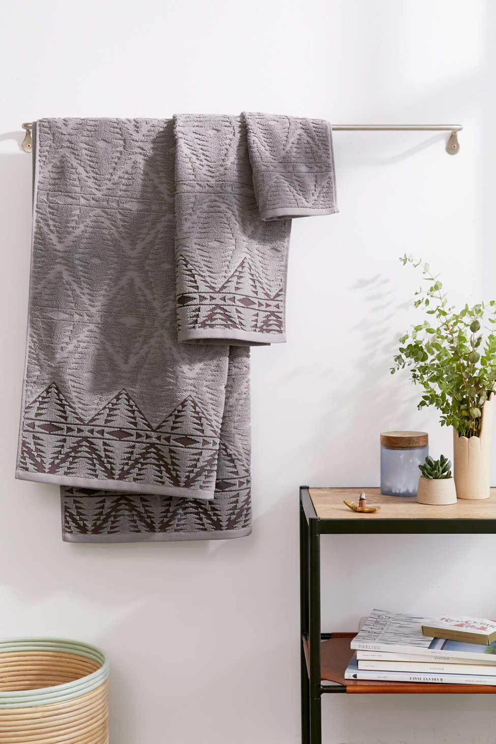 Slide View: 1: Pendleton Geo Sculpted Bath Towel