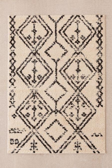 Wandering lines shag rug