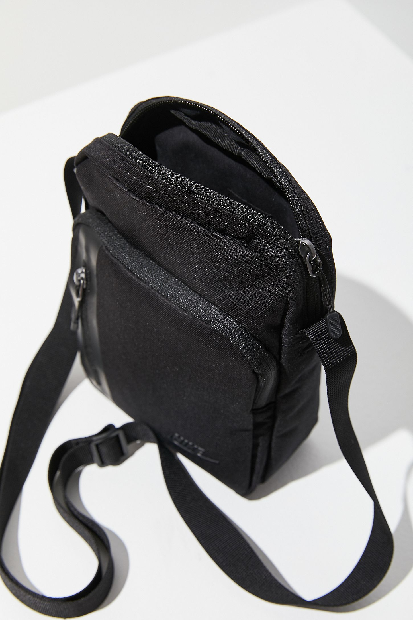 Slide View 5 Nike Small Tech Crossbody Bag