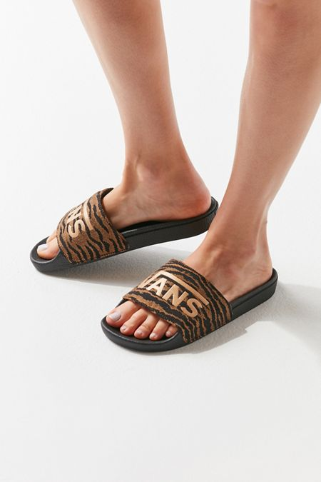 1b733fc69688af Nike Benassi JDI Slide UrbanOutfitters Look39s t Nike